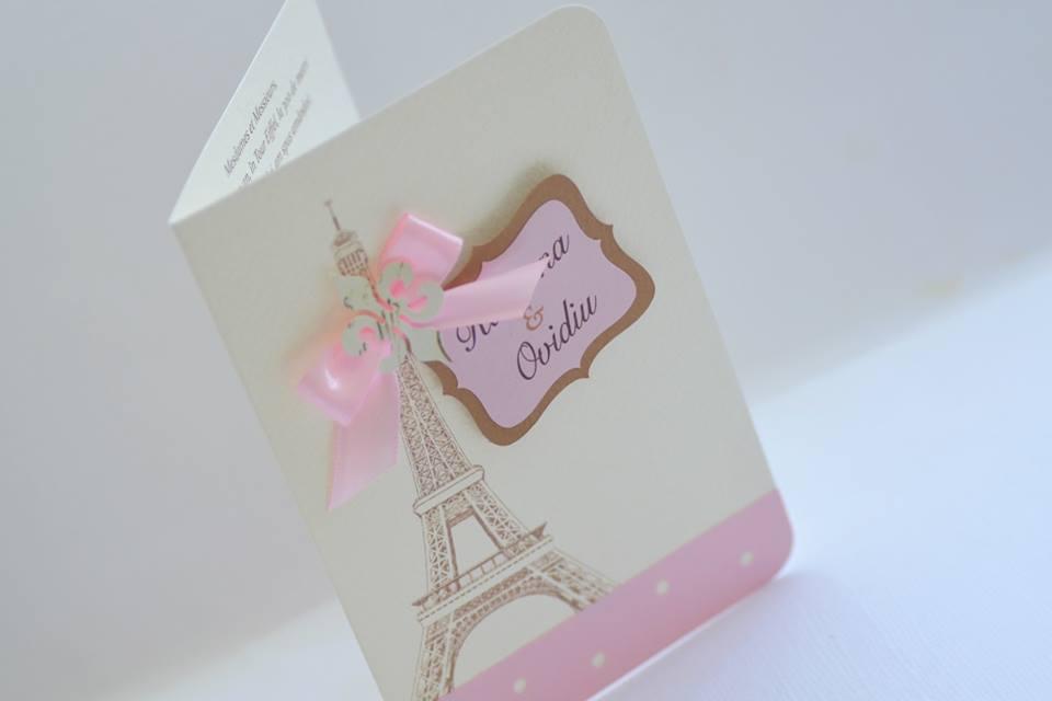 Invitatii pentru nunta cu tematica Paris cu Tour Eiffel. fleur de lis, fundita roz si numele mirilor intr-o rama chic