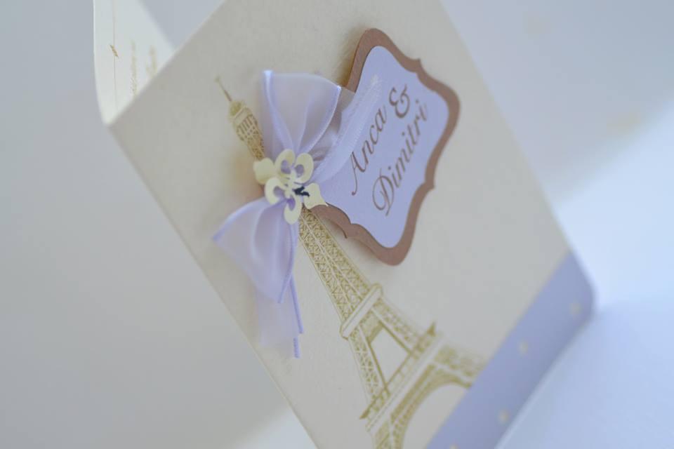 Invitatii pentru nunta cu tematica Paris combinatie crem-mov-maro- cu desen Tour Eiffel si nume miri