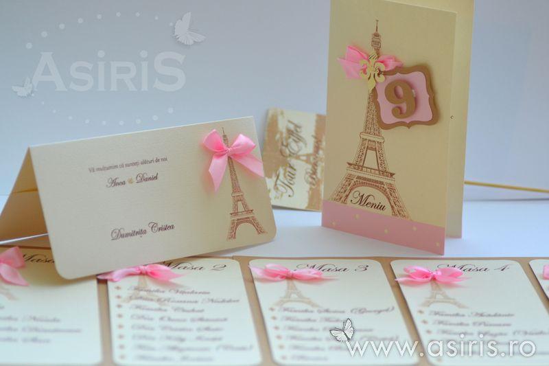 Set papetarie nunta cu tematica Paris ce include plic de bani cu Tour Eiffel si fundita roz, meniu cu numar de masa atasat si tablou de asezare invitati